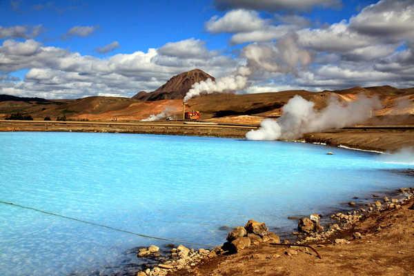 冰岛几乎整个国家都建立在火山岩石上,大部分土地不能开垦,是世界