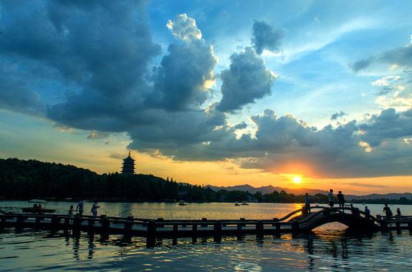 西湖可以说是杭州的象征,去了杭州,没去西湖,那肯定是有缺憾的,而通过9月的G20峰会,更是让西湖在世界各地人民心中绽放异彩,让杭州熠熠生辉,以前杭州西湖是一个值得去的地方,现在更是不能错过的景点,下面就有南京旅行社为您介绍G20后杭州旅游好不好_秋天杭州西湖旅游推荐: 古往今来迁客骚人为杭州留下的诗词歌赋恐怕是其他城市难以企及的,白娘子这样的美好故事也在杭州发生,另外杭州好歹也曾是皇城,其文化修为还是相当高的。加上现在杭州以包容、创新、精致、现代、国际的人文形象面向中国和世界,其魅力不可阻挡。   杭州